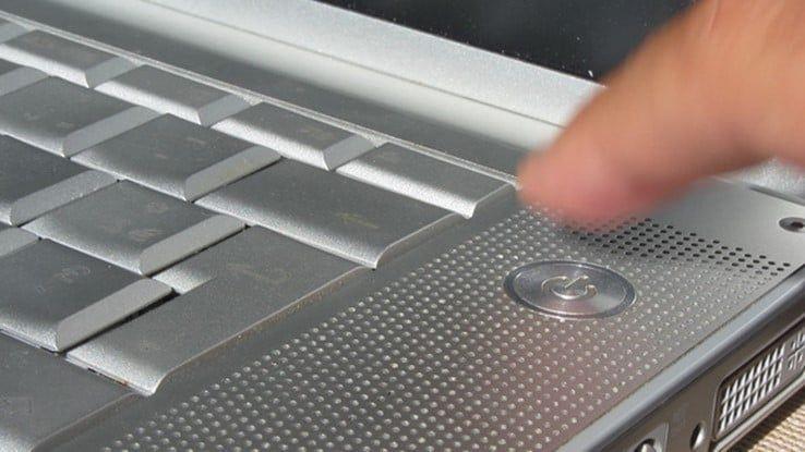 перезагрузка зависшего ноутбука с помощью кнопки выключения