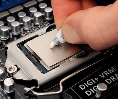 нанесение свежей термопасты на процессор
