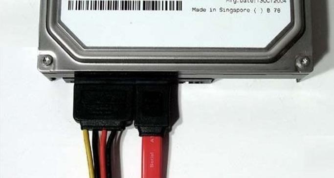 жесткий диск с подключенными кабелями